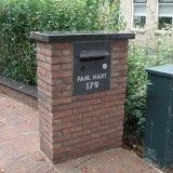 Naambordjes, brievenbussen en eerste steen