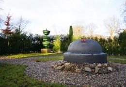 Gedenkmonument kinderhofje begraafplaats Enkhuizen